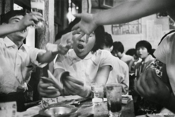 Marc Riboud es un fotógrafo francés nacido en Lyon en 1923. Empezó en el mundo de la fotografía cuando su padre le regaló una cámara por su ...