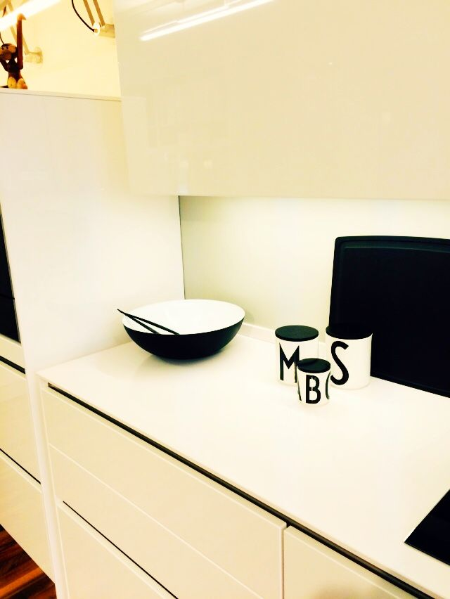In dieser Küche haben ausschließlich skandinavische Firmen zur Dekoration verwendet wie Normann Copenhagen, Design Letters, Menu, Stelton und Iittala. Der architektonische und schlichte Charakter der Küche wird so unterstrichen. Zu sehen auf diesem Bild sind die Krenit Schale von Normann Copenhagen mit dem dazu gehörigen Salatbesteck und die schönen Vorratsgläser von Design Letters aus Porzellan