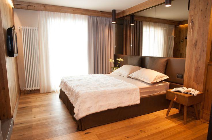I materiali sono stati il punto di partenza di ogni rivisitazione della camera: pavimenti in parquet, legno per l'arredo e tessuti ricercati per l'arredo