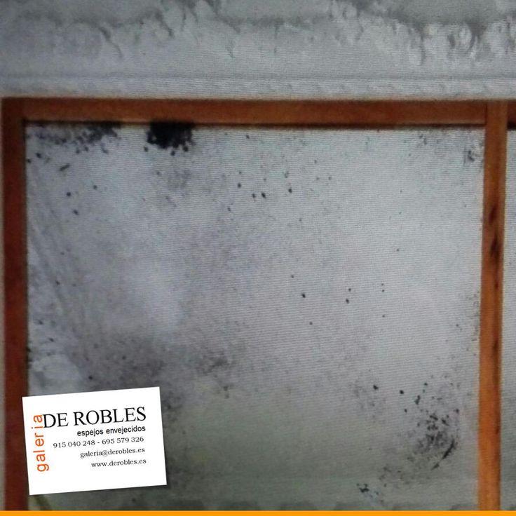 Detalle de aplicación de espejos envejecidos sobre pared.  #Decoración #Interiorismo