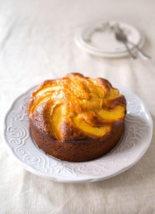 Ελαιόλαδο κέικ με τα φρέσκα ροδάκινα