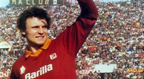 Pietro Vierchowod (Calcinate, 6 April 1959) – One season and 43 matches were all he played in yellow and red, but he was to leave an indelible mark on the history of Roma and the memories of the Giallorossi fans. Pietro Vierchowod – known to everyone (as it was easier to pronounce) as 'Lo Zar' (the Czar) – wore the Magica shirt for the 1982/83 season, when Roma won back the Scudetto 41 years after their victory in black and white under coach Alfred Schaffer.