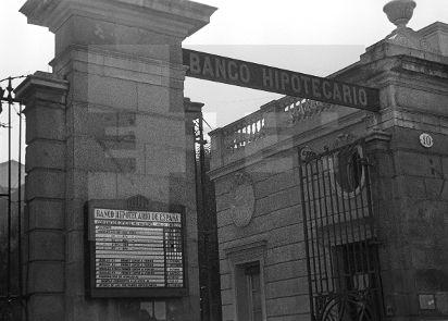 Spain - 1937. - GC - ZONA REPUBLICANA.- MADRID, Marzo de 1937.- Fachada del Banco Hipotecario de España, en el Paseo de la Castellana, que muestra un panel con las cotizaciones de la Bolsa de Madrid correspondientes al día 17 de julio de 1936