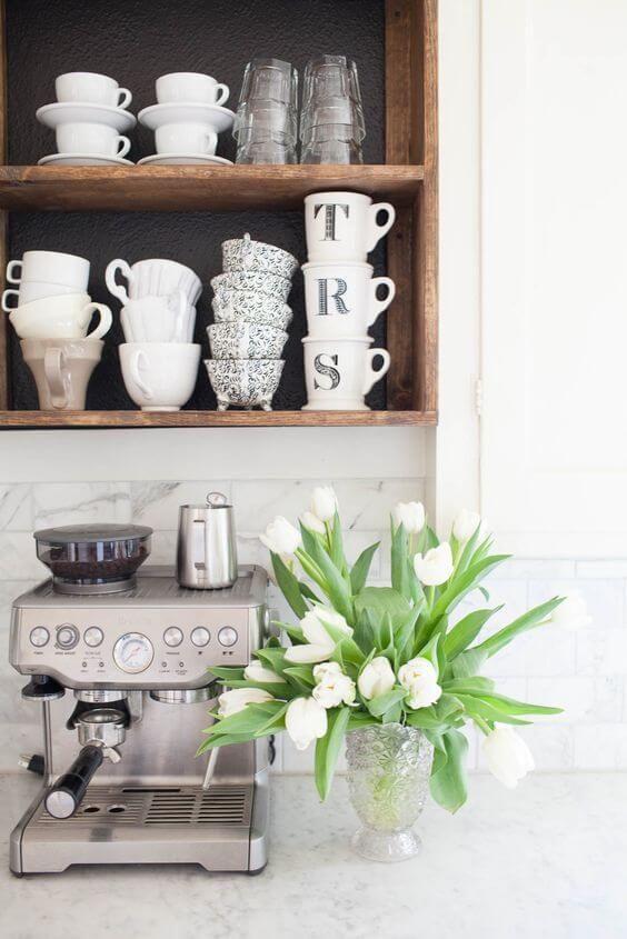 bloemen in de keuken, voor een knusse koffiehoek