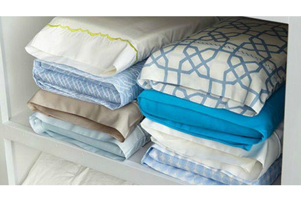 Put the bed sheets into the pillow case. How smart! ライフハッカー[日本版]より転載 : ボックスシーツ、ゴムの入っていないフラットシーツ、枕カバーがセットになったシーツセット。こ...