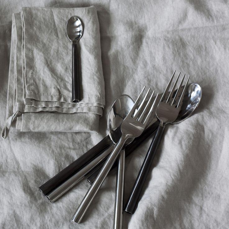 Steel gaffel från Tell Me More. En stilfull gaffel med en snygg passform för att gaffeln ska ligga s...