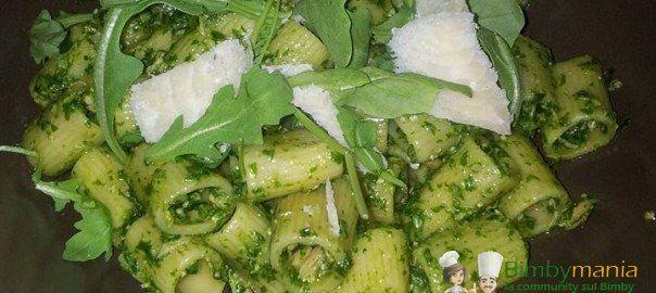 Pesto di rucola Bimby, prepariamo una pasta fredda diversa dal solito, insieme al tonno e al parmigiano...e con pomodorini a piacere! Ingredienti per 4 persone: