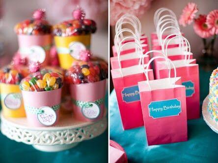 Potinhos ou até sacolas personalizadas servem para guardar os doces e ser uma doce lembrança!