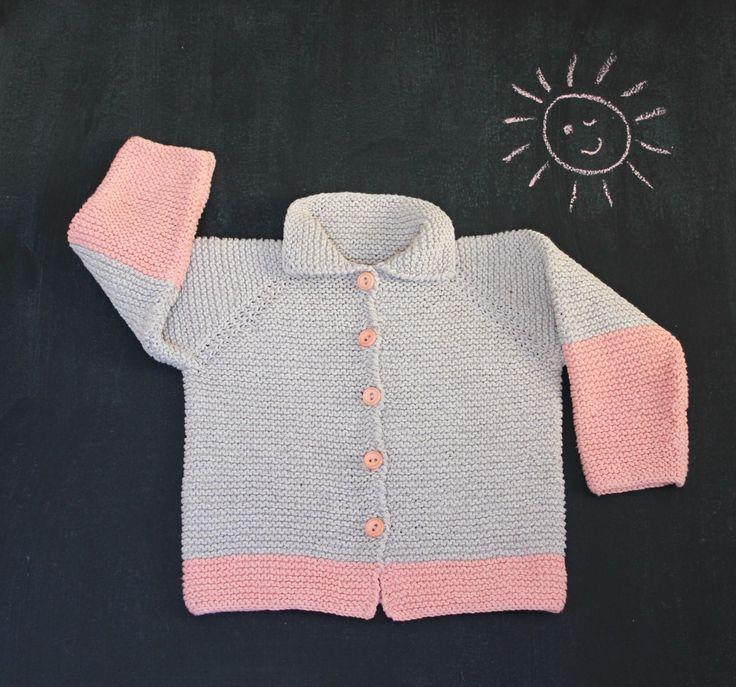Raglanfaconen er særligt god til de mindste, for den gør trøjen eller blusen mere fleksibel, så den kan bruges i ekstra lang tid. Den fine trøje strikkes helt i ret og i blød, ren bomuld i 2 forskellige farver. Opskriften er i str. 1-2-3 år, og garnet er fra Cewec. Raglantrøje med krave til de næstmindste Str. 1-2-3 år Det…