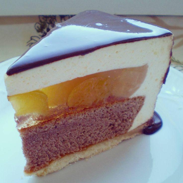 """Торт для бабули Песочный корж, шоколадный бисквит,абрикосовый конфитюр, желе с персиками и абрикосами, сырно-сливочный мусс и шоколадная глазурь По рецепту торта """"Морела"""" от @miuda21 #торт #фруктыягоды #на_сладкое #вкусно #десерт #food #cake"""