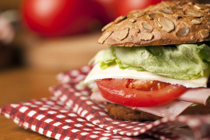 A szendvicseket imádjuk, néha pedig otthonra is érdemes összeütni valami jót, nem csak a gyerekek tízóraijára, vagy kirándulásra tartogatni őket. Három szendvics, amit a kanapán ülve is imádni fogunk!  ...