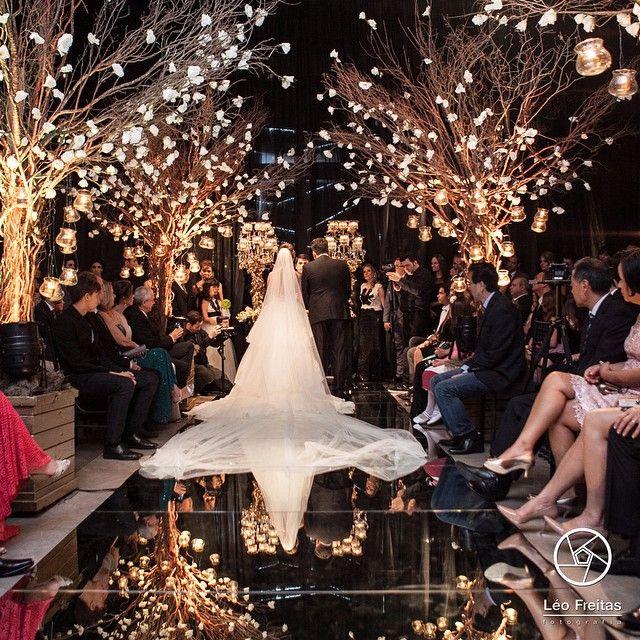 """""""Linda inspiração do fotógrafo @leofreitasfotografia !  Rosas brancas e luzinhas nas árvores secas, passarela de espelho e muito amor!  Ótima…"""""""