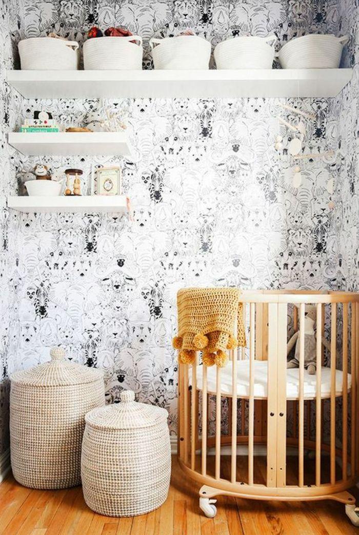 decoration chambre enfant chambre gris et blanc mur en noir et blanc etageres blanches lit rond avec barreaux deux paniers tresses petit et grand avec