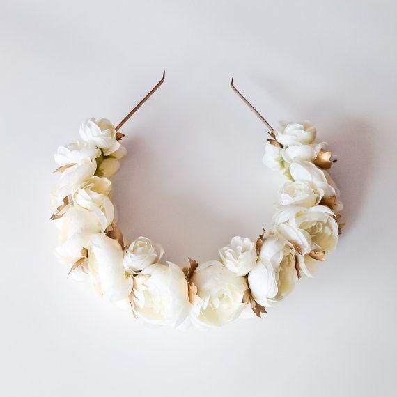 handgefertigte mit einem Sortiment von Elfenbein Seide Hahnenfuß Messen ungefähr.5 - 2 Zoll  -Blüten sind an einem gold Metal Stirnband befestigt und gesichert mit weichem Filz für bequemen Sitz  -Goldene Hand bemalten Blätter