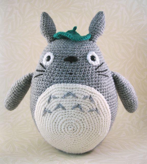 Precioso y completo patrón de amigurumi Totoro en color gris, traducido a español, original de Lucy Collins.