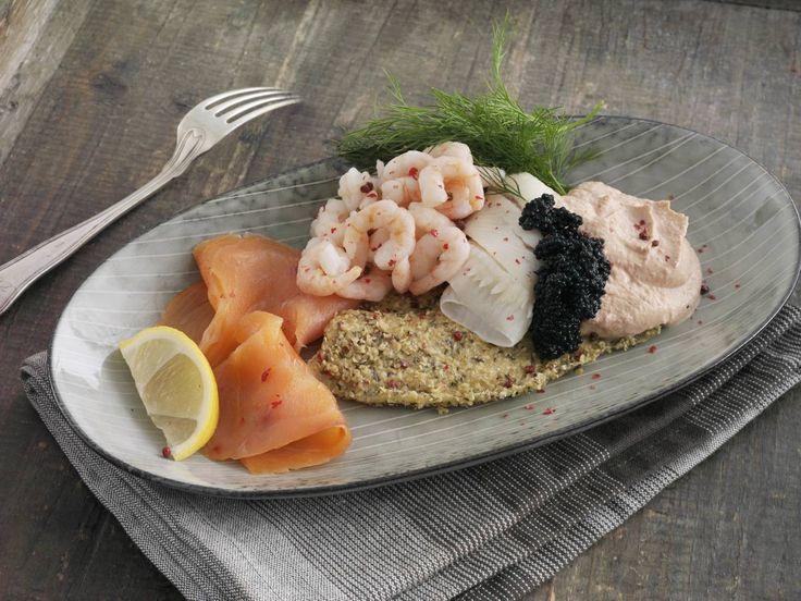 Paneret og dampet rødspættefilet med laks, rejer og kaviar. Serveres med en dressing af skyr, tomatkoncentrat og paprika. Retten er beregnet som aftensmad til Dukan Kurens fase 2, vekselfasen.