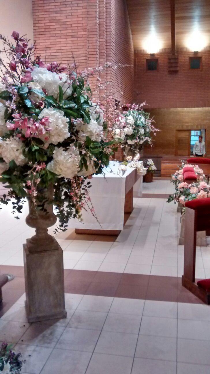 Parroquia San Juan de Apóstol, Santiago Chile Arreglos en flores de seda de Francia por Flower Boutique