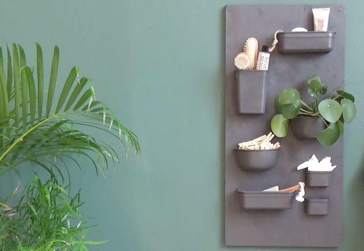 Denne kule vegghyllen til bad eller kjøkken er laget av plastbokser og en treplate. Du lager den enkelt selv, sjekk her hvordan du gjør det!