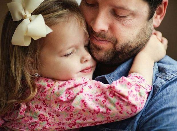 Ο τρόπος που αντιμετωπίζει ο μπαμπάς την κόρη του είναι καταλυτικός για τη σχέση της με τους άλλους άντρες.