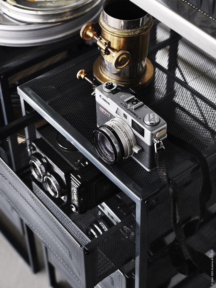 LENNART hurts är tillverkad helt i stål med en snygg mörkgrå nyans och lådor av metallnät. Den råa industrikänslan och avskalade formen är signerad Jon Karlsson.