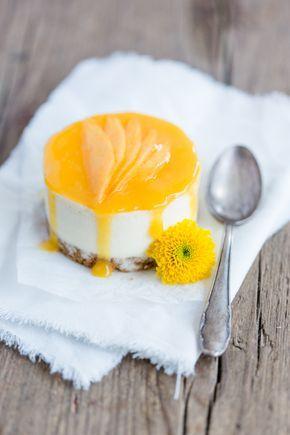 Rezept für leckere Mousse-Törtchen mit weißer Schokolade, Mango und Zitrone. Sehr gut vorzubereiten, da es im Tiefkühler gelagert wird.