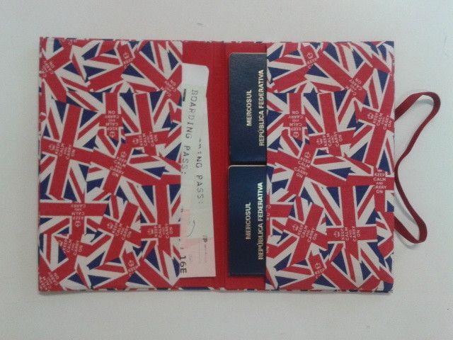 Porta passaporte com espaço para 2 passaportes e passagem.