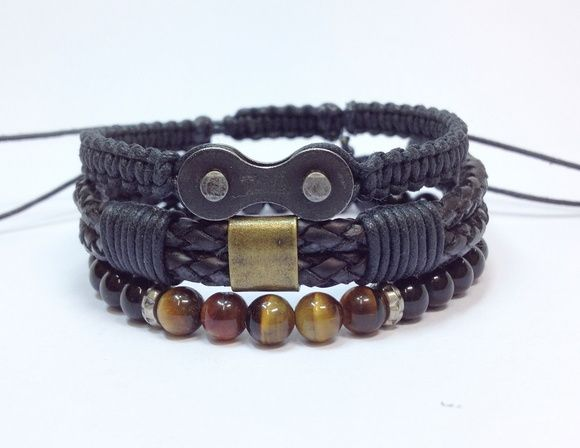 Kit de pulseiras masculinas, composto de 3 pulseiras sendo:    - Pulseira shambala confeccionada em macramê com cordão encerado na cor preto contendo um elo de corrente (reciclado).   - 1 pulseira de couro trançado duplo, na cor preto com detalhes em cordão encerado preto e placa metálica ouro velho   - 1 pulseira com pedra natural ônix de 6 mm com detalhes em pedra olho de tigre de 6 mm, em fio de silicone.  > Pulseiras ajustáveis, nosso padrão ajusta bem em pulso de 15-18 cm. Caso você ...