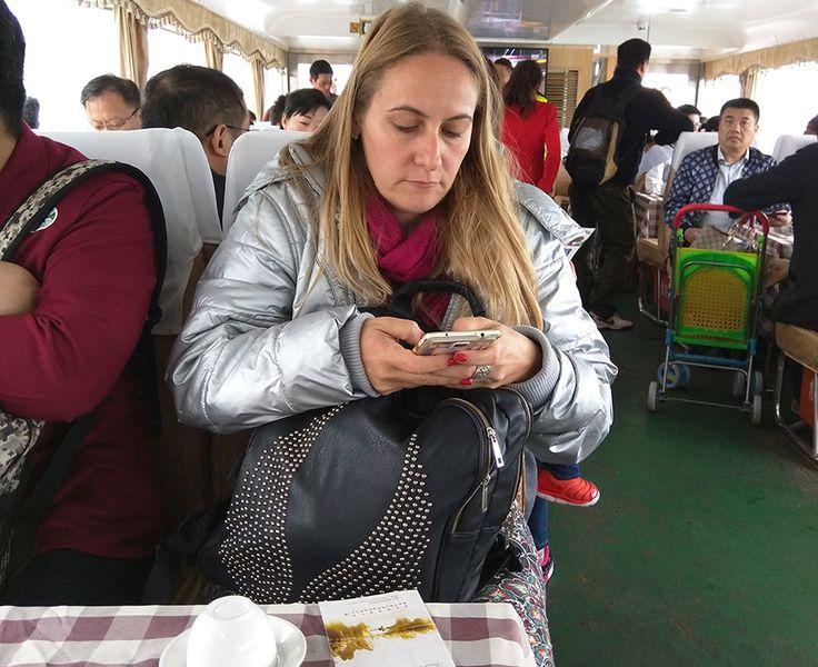 Li River Cruise [Guilin – Yangshuo, China] Algumas situações te tiram totalmente da zona de conforto. E isso é ótimo! Fazer parte de um grupo em queo número deocidentais não ultrapassa os dedos da mão é uma delas. Você sabe que todos os olhos vão se virar (direta ou discretamente) para seu lado, sabe queContinue Lendo