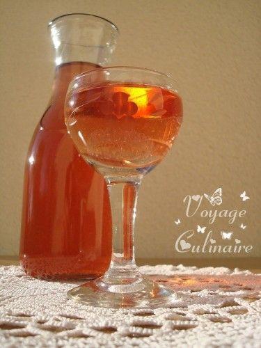 VIN DE COING (500 g de coings, 1/2 L d'alcool pour fruits, 1/2 L de sirop de sucre de canne, 5 L de vin Rosé) MACERATION : 1 mois