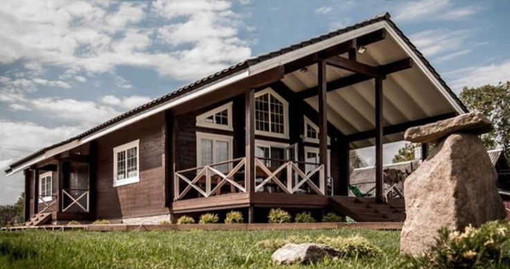 Деревянный одноэтажный дом в стиле шале «ДОМ 141» — общая площадь 141 м² — сухой профилированный брус, клееный брус — фундамент - винтовые сваи — кровля - керамическая черепица
