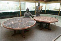 placa de composición de Wang Zhen Los hallazgos que han ido surgiendo con el paso del tiempo; la mayor parte, de forma casual, han ido confirmando que verdaderamente la imprenta fue inventada en China 1000 años antes de lo que se pensaba. leer más en https://latabernadekavi.wordpress.com/2016/02/25/la-palabra-de-hoy-imprenta-quien-fue-el-inventor-de-los-primeros-tipos-moviles-de-madera/