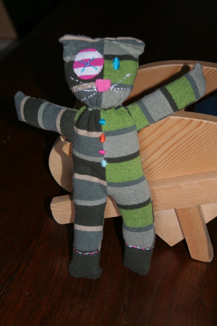 Gatto realizzato a mano con un calzino e ricamato