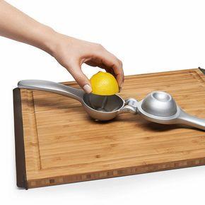 Ein amerikanischer Klassiker unter den Küchengeräten: die handliche Hebelpresse. Hier in bester Ausführung aus stabilem... - Zitruspresse Squeezer