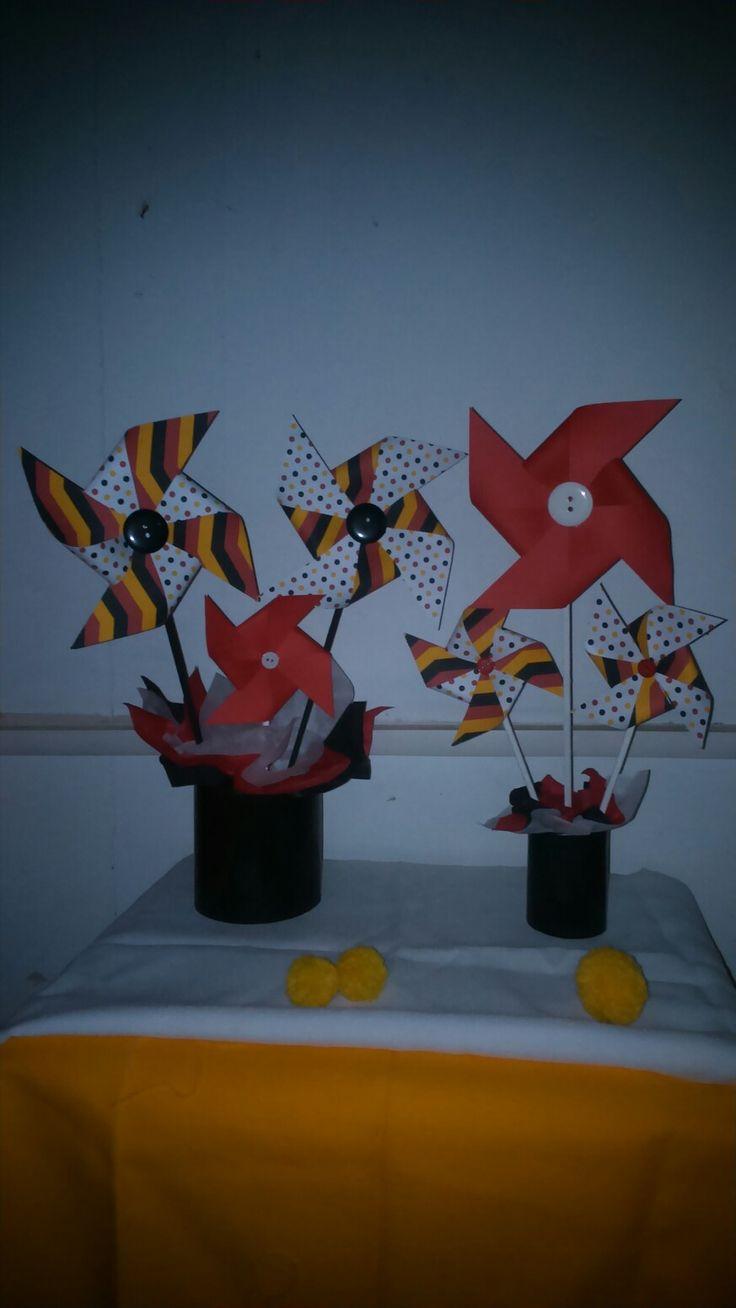 Arreglos con molinillos de papel. Motivo Mickey