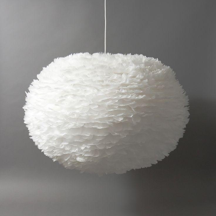 Die Vita Leuchte EOS vereint alle Eigenschaften einer Vita Lampe. Die ovale Leuchte hat 65cm Durchmesser und ist 40cm hoch. Sie wird aus Gänsefedern hergestellt, die in Handarbeit aus die Leuchte aufgebracht werden. EOS macht ein wunderschönes Licht. Zur Reinigung können Sie die Hängeleuchte einfach abföhnen. Die Lampe kommt demontiert in einem flachen Karton und kann mit 3 Handgriffen zusammengebaut werden, eine Anleitung liegt bei.