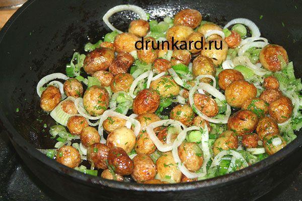 Жареная картошка в мундире с тимьяном и луком