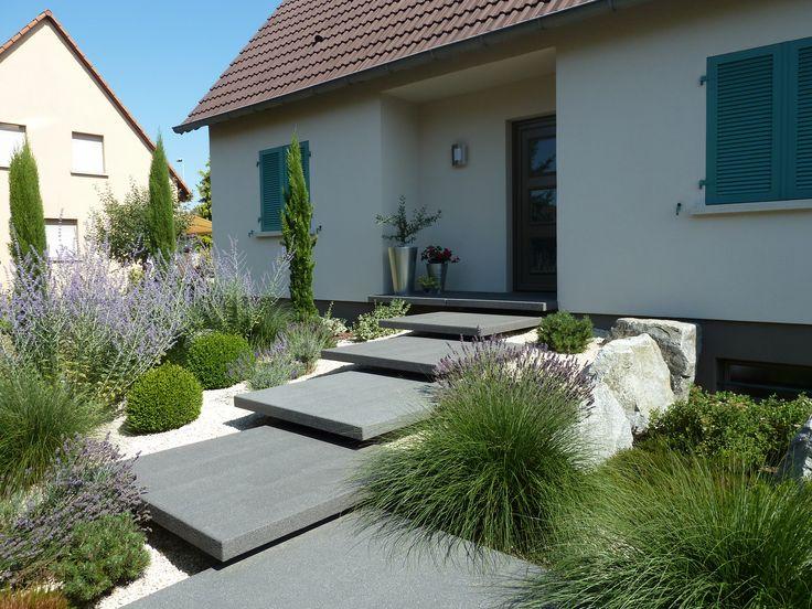Légèreté et élégance caractérisent cet escalier d'entrée paysager pour un propriétaire en Alsace.