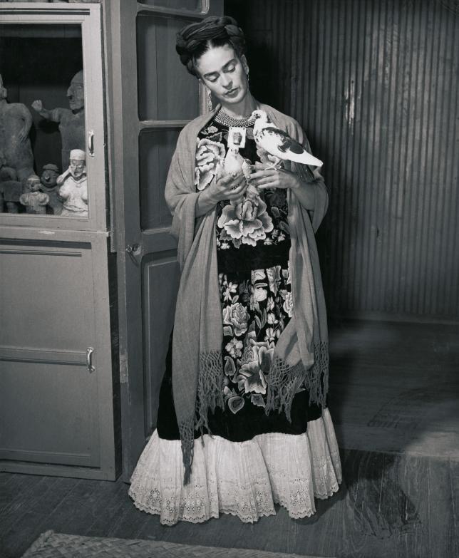 frida kahlo con dos pájaros   c. 1930   foto: juan guzmán