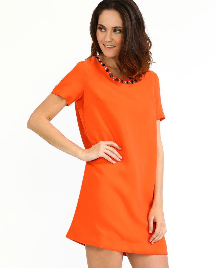 #Платье с короткими рукавами из коллекции #Suncoo. Минималистичные пропорции, геометрический силуэт, насыщенный оранжевый цвет - классический  образ в стиле  60-х. Крупные украшения, которыми декорирован полукруглый вырез, превращают платье в яркий вечерний наряд.