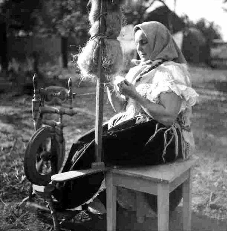 Pradenie z prísednej dvojstrannej praslice. Hrnčiarovce nad Parnou (okr. Trnava), 1952. Archív negatívov Ústavu etnológie SAV v Bratislave. Foto F. Hideg. Slovakia