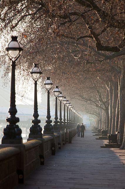 Calçada margem sul rio Tamisa, Londres.