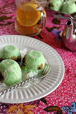 Kue Putu  ~ Putu cake is a kind of Indonesian food in the form of a cake that contains brown sugar and grated coconut.