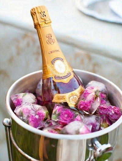 Cubos de gelo, com frutas e até com flores. Além de ficarem lindas para decorar baldes de gelo