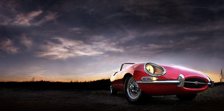 Jaguar E-Type, 1968. Omistaja Leif Nylund. Kuva: Kimmo Taskinen / HS. Automuotoilusta kiinnostuneille tarjolla on pieni, mutta näyttävä otos suomalaisten autoharrastajien kokoelmista.