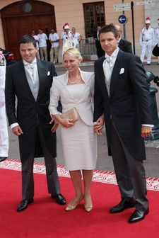 Matka panny młodej oraz jej dwa bracia (od lewej): Sean Wittstock, Lynette Wittstock i Gareth Wittstock.jpg - Królewski ślub - 19/30 - Styl.pl - Twoja inspiracja