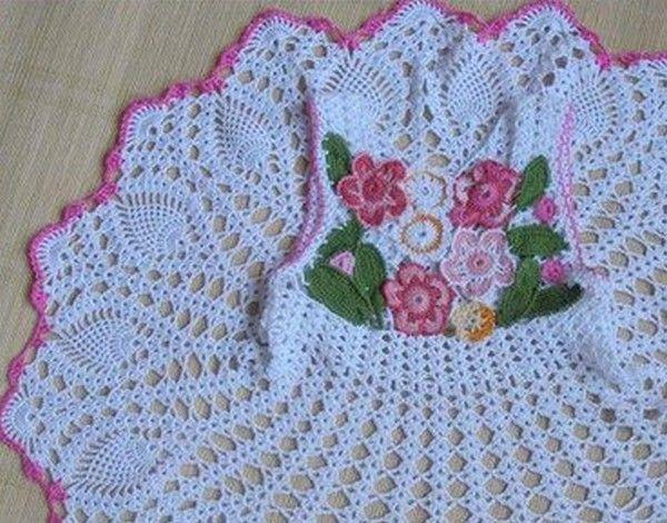 Robe blanche décorée de fleurs et sa grille gratuite !