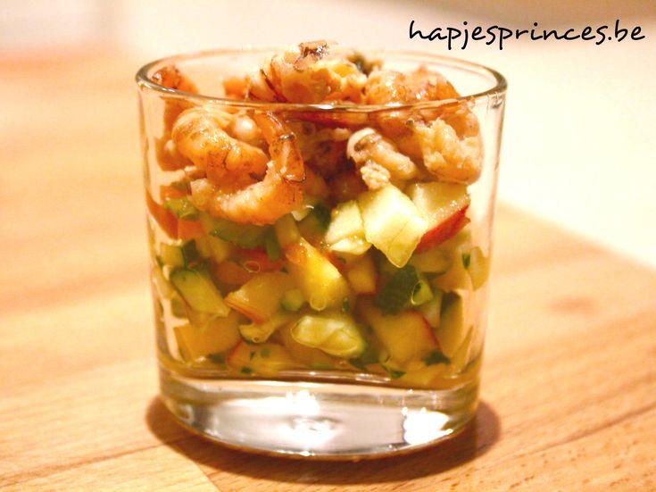 glaasje met garnalen en mango, appel en courgette