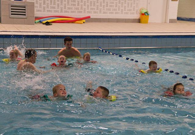 leren zwemmen in zwembad Haren