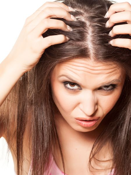 Juckende Kopfhaut ist nicht nur im Winter ein Problem - vor allem im Sommer, wenn man schwitzt, juckt die Kopfhaut manchmal ganz schön.
