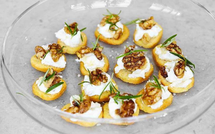 Smakliga crostini - en lättgjord start på middagen. Saltet på de honungsrostade valnötterna gör munsbitarna försvinnande goda.
